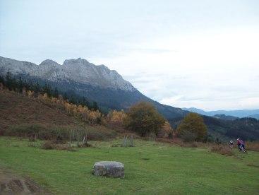 Por ahí está el sendero que rodea la montaña.